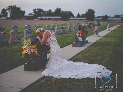 Ada Kisah Haru di Balik Foto Viral Wanita yang 'Menikah' di Kuburan Ini