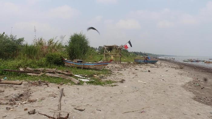 Kondisi daerah pantai di desa Panimbang Jaya yang jorok akibat feses yang tersebar di mana-mana. Foto: Saleha Sungkar/FKUI