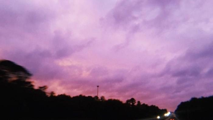 Penampakan langit berwarna ungu usai Badai Michael melanda kawasan Florida, Amerika Serikat. Foto: Twitter/JustKaitlyn564