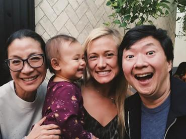 Aktris Crouching Tiger, Hidden Dragon ini dekat juga lho sama anak-anak teman dan saudaranya. (Foto: Instagram/michelleyeoh_official)