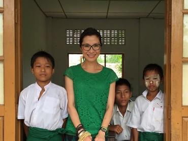 Senyum manis Michelle Yeoh di tengah anak-anak bikin hati adem. (Foto: Instagram/michelleyeoh_official)