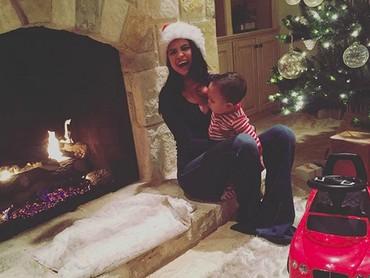 Selena girang banget saat memangku seorang anak. Hati jadi adem! (Foto: Instagram @selenagomez)