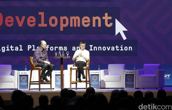 Dalam diskusi tersebut Jack Ma ditemani Presiden Bank Dunia Jim Yong Kim.