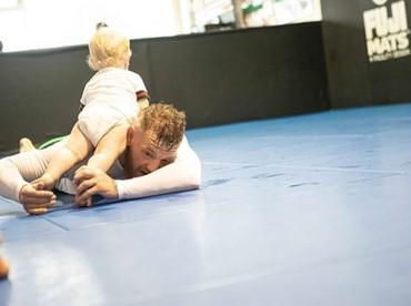 McGregor kerap membawa putranya ke tempat latihan. (Foto: Instagram @thenotoriousmma)