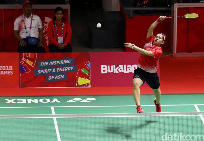 Para atlet Indonesia Oktila Leani Ratri harus puas meraih medali perak usai gagal menundukkan para atlet asal China Cheng Hefang dalam final bulu tangkis putri SL 4.