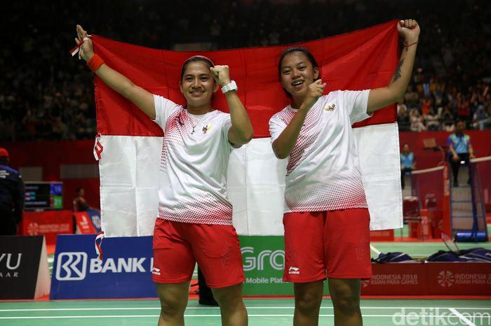 Leani Ratri Oktila/Khalimatus Sadiyah Sukohandoko mengibarkan bendera Merah Putih.