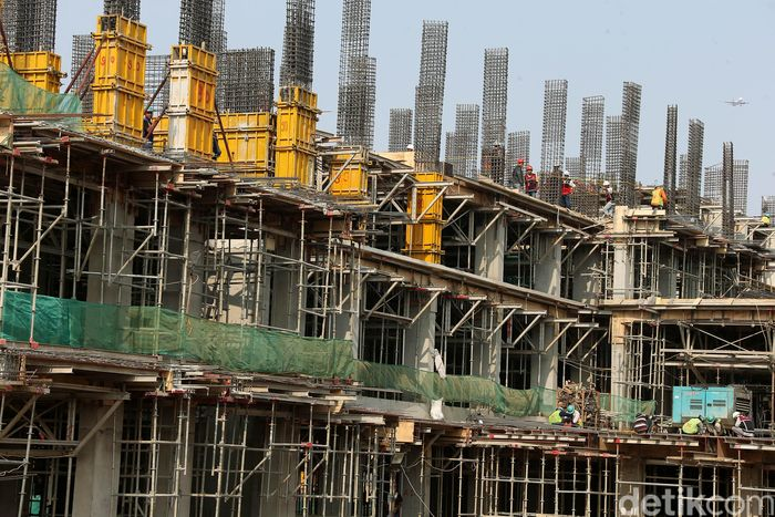 Para pekerja tengah mengerjakan pembangunan Rusun Samawa.