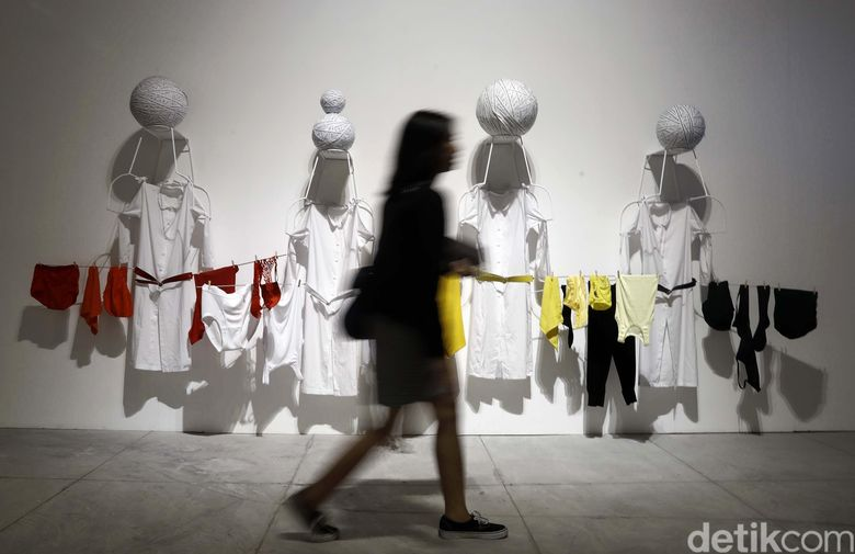 Mella Jaarsma menghadirkan raining the Mind to Doubt lewat karya instalasi yang jenaka