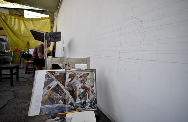 Masing-masing kanvas berukuran sekitar 13,7 meter. Terbayang kan betapa besarnya lukisan ini? Oh iya, semua biaya proyek ini dikeluarkan dari kantong pribadi Miguel (AFP/Getty Images)