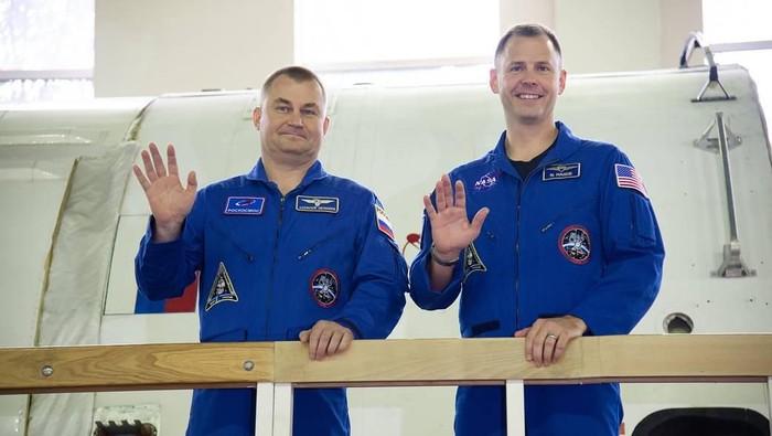 Kosmonot Rusia Alexey Ovchinin dan Astronot NASA Nick Hague. Foto: NASA/Elizabeth Weissinger