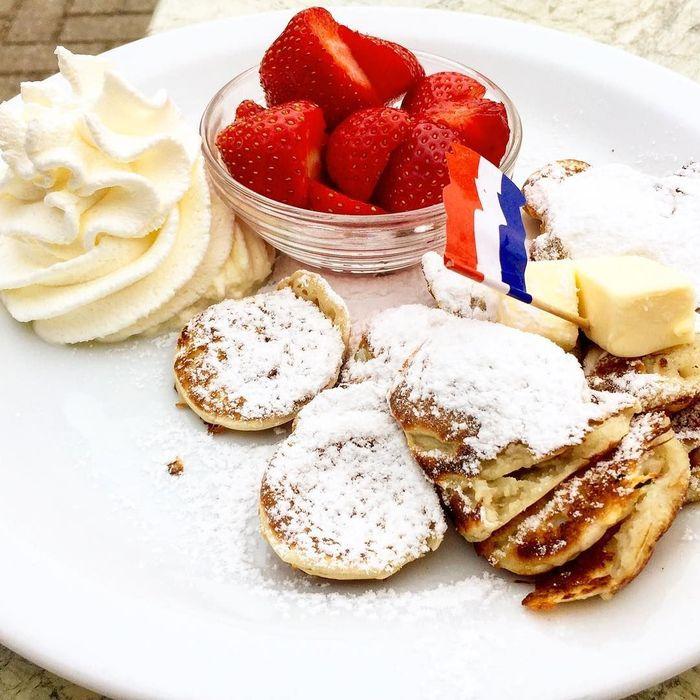 Poffertjes di Belanda teksturnya pipih dan dibuat dengan tepung buckwheat. Pelengkapnya beragam seperti strawberry segar dan whipped cream. Foto: Instagram texelfan_007