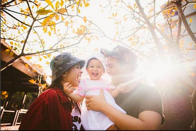 Senyum ceria Glenn Alinskie, Chelsea Olivia, dan Natusha Olivia Alinskie. (Foto: Instagram @glennalinskie)