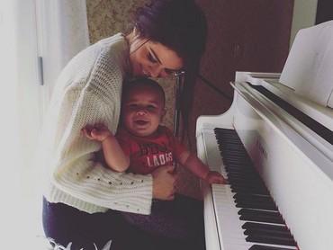 Dua-duanya gembira saat bermain piano. (Foto: Instagram @selenagomez)