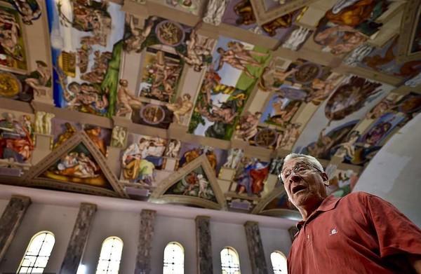 Inilah Miguel Fransisco Macias, pensiunan desainer grafis yang berani memindahkan Kapel Sistina ke Mexico City, ibu kota Meksiko. Memindahkan ini bukan arti sebenarnya, melainkan hanya lukisan spektakuler Michelangelo saja yang dipindah (AFP/Getty Images)