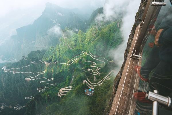 Di sana ada berbagai atraksi wisata menarik. Di atas ketinggian ribuan meter tersebut, traveler bisa melalui jembatan kaca yang ekstrem sampai bermain sepeda. Istimewa/iStock