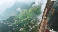 Santuy! Pembersih Sampah di Gunung Tianmen Ini Bergelantungan Bak Spiderman