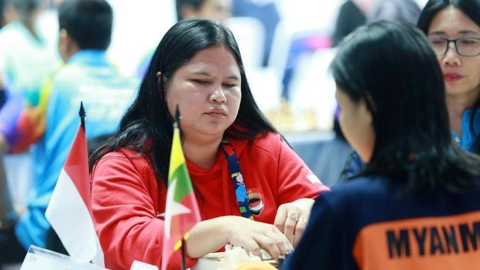 Atlet catur Indonesia, Tati Karhati, saat bertanding di babak penyisihan catur cepat ke lima di ajang Asian Para Games 2018, di Cempaka Putih Sports Hall Jakarta, Jumat (12/10/2018). (Setiyo Sc/INAPGOC)