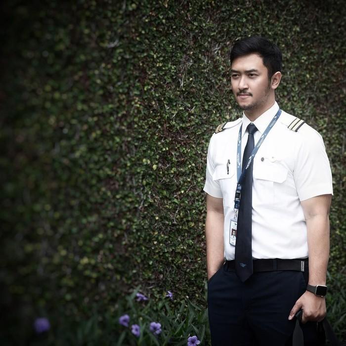 Nama Haydar Pratama mencuat menjelang pernikahan putri Presiden Jokowi, Kahiyang Ayu. Ya, Haydar ini adalah mantan kekasih Kahiyang yang berprofesi sebagai pilot. Tapi kini ia jadi sorotan karena wajah gantengnya. Foto: instagram @haydarpratama