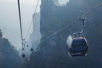 Mengakses bukit batu yang menjuklang dengan cable car (iStock)