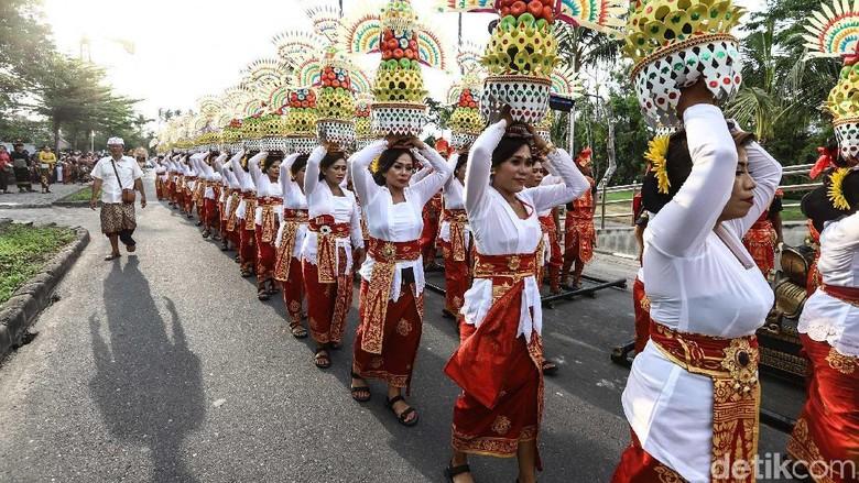 NUSA DUA,12/10-KARNAVAL BUDAYA BALI.Warga menggunakan pakaian adat mengikuti Parade Budaya Bali untuk memeriahkan perhelatan pertemuan delegasi IMF dan WGB 2018 di Nusa Dua, Bali, Jumat (12/10). Perhelatan IMF dan WGB 2018 diharapkan dapat meningkatkan angka pariwisata di Indonesia. KONTAN/Fransiskus Simbolon/12/10/2018