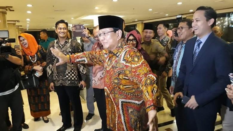 Disambut Tanjidor di Acara PIM, Prabowo Joget
