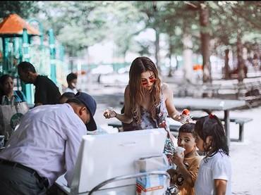 Yummy! Sedapnya makan es krim bareng anak-anak. (Foto: Instagram @selenagomez)