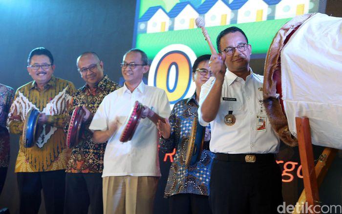 Anies memukul bedug sebagai tanda peluncuran program rumah DP Rp 0 di Klapa Village, Pondok Kelapa, Jaktim, Jumat (12/10).