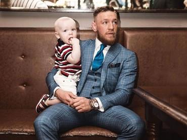 Conor Jr menemani sang ayah di acara resmi. Nyaman banget di pangkuan ayah McGregor. (Foto: Instagram @thenotoriousmma)