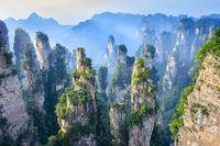 Saat berkabut di Taman Nasional Zhangjiajie (iStock)