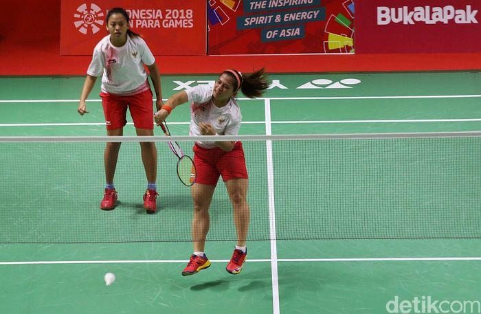 Leani Ratri Oktila dan Khalimatus Syadiah saat bertanding dalam final bulutangkis ganda putri SL3 - SU5 dalam Asian Paragames 2018 di Istora Senayan, Jakarta, Jumat (12/10/2018).