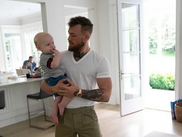 Putranya sering jadi perhatian karena McGregor nggak jarang memposting kegiatannya bersama si kecil. (Foto: Instagram @thenotoriousmma)