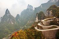 Sepanjang jalan menuju Taman Nasional Pegunungan Tianmen, Zhangjiajie, China mungkin bisa jadi jalanan paling mengerikan buat kamu yang mau lewat sini. Jalanan ini berada di atas ketinggian 1.041 meter, dengan medan berkelok dan tikungan tajam. Istimewa/iStock