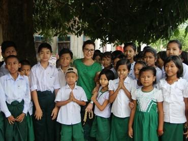 Salah satunya saat Michelle Yeoh ke Myanmar nih, Bun, dalam mendukung keamanan jalan untuk anak-anak. (Foto: Instagram/michelleyeoh_official)