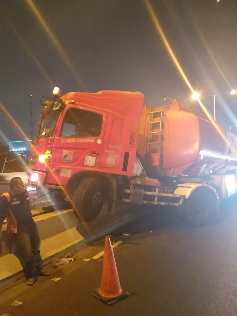 Truk Pertamina Tabrak Pembatas di Tol Ancol, Lalin Macet