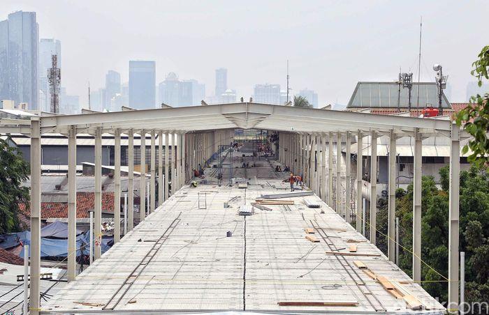Sejumlah pekerja mengerjakan proyek skybridge di Tanah Abang, Jakarta Pusat, Jumat (12/10/2018).