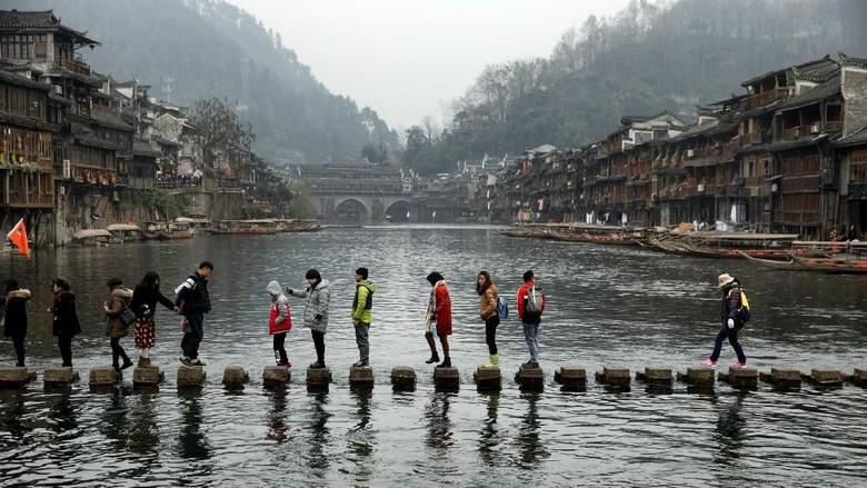 Wisatawan di Taman Nasional Zhangjiajie (iStock)