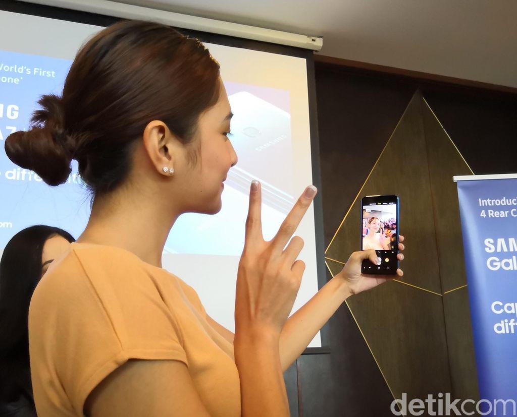 Mikha asyik menjajal kamera selfie Galaxy A7 yang resolusinya 24 megapixel. (Foto: detikINET/Fino Yurio Kristo)