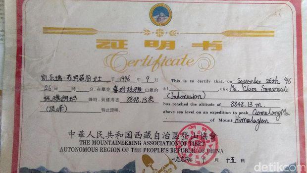 Aneka Bukti Clara Jadi Pendaki RI Pertama di Puncak Everest
