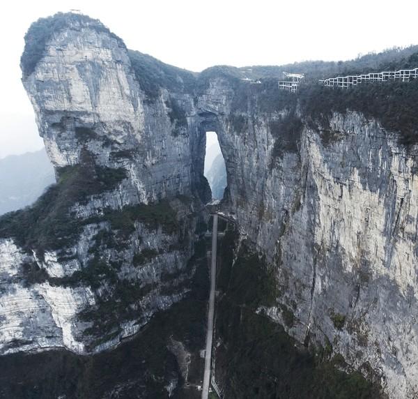 Salah satu yang paling ikonik di sini asalah Heaven Gate Mountain, yakni gerbang menuju titik teratas dari Tianmen. Bentuknya seperti lubang di tengah tebing dengan ratusan anak tangga. Istimewa/iStock