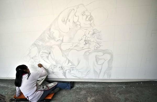Pertama-tama, mereka membuat sketsa terlebih dahulu di atas kanvas. Baru kemmudian diberi warna sesuai dengan lukisan aslinya (AFP/Getty Images)