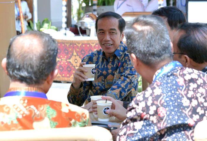 Di sela-sela padatnya agenda kegiatan di Bali Nusa Dua Convention Center (BNDCC), Presiden Joko Widodo menyempatkan diri untuk rehat sejenak di sebuah kedai kopi. Istimewa/Dok.Biro Pers Setpres.