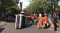 Mobil Sedan Ini Terbalik Setelah Tabrak Trotoar