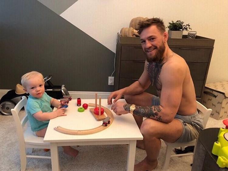 Nama Conor McGregor jadi perbincangan usai dikalahkan Khabib Nurmagomedov di Ultimate Fighting Championship (UFC) 2018. Meski gahar, siapa sangka McGregor adalah sosok yang sayang banget dengan anak. (Foto: Instagram @thenotoriousmma)
