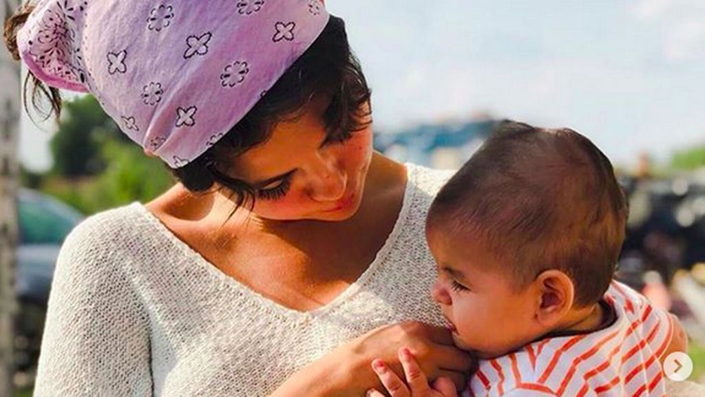8 Foto Bukti Sisi Keibuan Selena Gomez