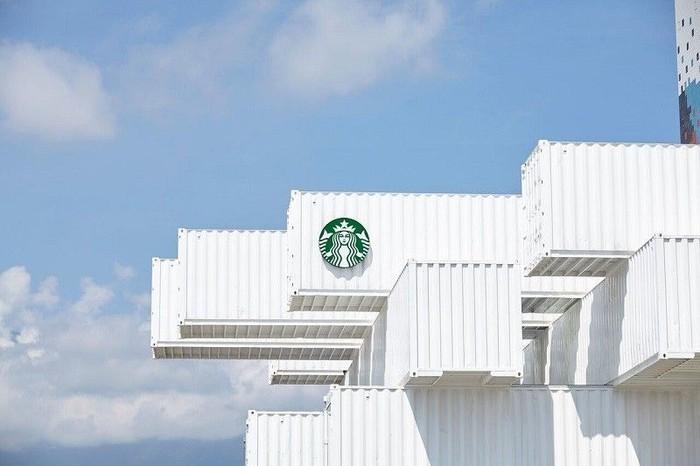 Peti kemas bekas disulap menjadi kafe cantik dua tingkat. Tampilannya yang putih dengan bentuk unik memikat perhatian orang. Foto: Starbucks.com
