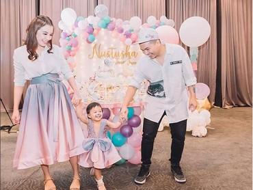 Saat acara ulang tahun ke-2 Natusha. Kebahagiaan terpancar dari muka keluarga kecil ini. (Foto: Instagram @glennalinskie)