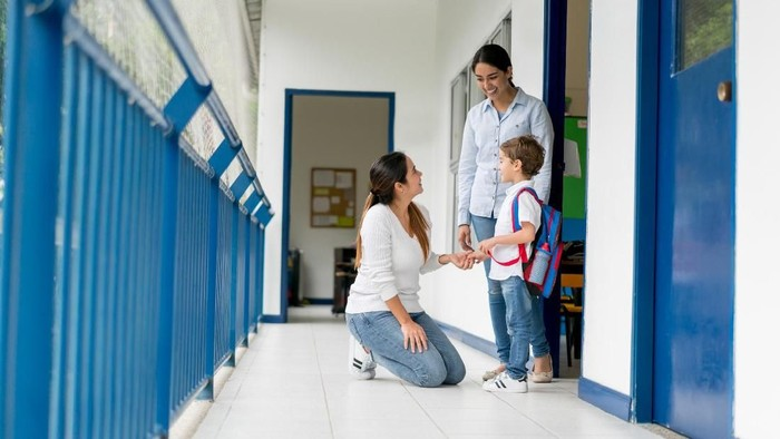 Ilustrasi guru memberikan perhatian pada anak yang diledek anak haram. Foto: Istock