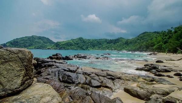 Pantai Wediombo yang berada di kawasan Gunungkidul, Daerah Istimewa Yogyakarta, juga kerap dikunjungi para pecinta surfing. Pantai yang termasuk sebagai salah satu dari 13 tempat yang masuk cagar Alam Dunia UNESCO Gunung Sewu ini juga kerap dijadikan lokasi kompetisi surfing lho. (Yasa Sidik Permana/dTraveler)