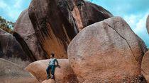 Uniknya Batu Granit Raksasa di Pantai Laskar Pelangi