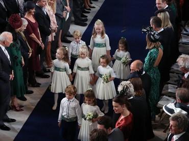 Para pengiring pengantin cilik ini berhasil menarik perhatian para tamu. Savannah Phillips terlihat menjaga Pangeran George dan Putri Charlotte dengan mengenggam terus tangan dua sepupunya itu. (Foto: Yui Mok - WPA Pool/Getty Images)